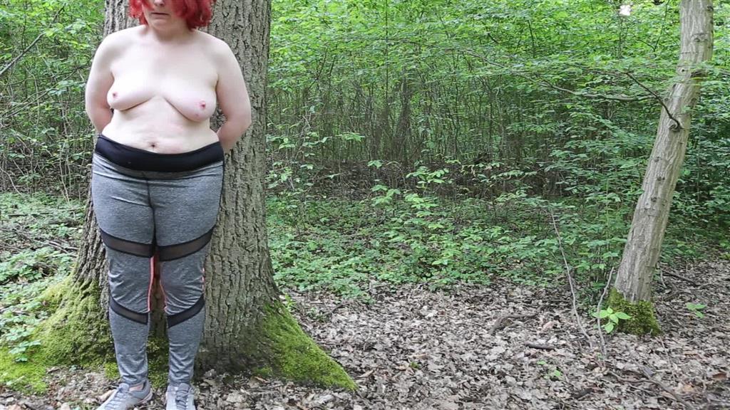 Titten auspeitschen im Wald - Public